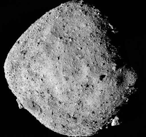 第一眼看上去小小的小行星上镶满了巨石.jpg
