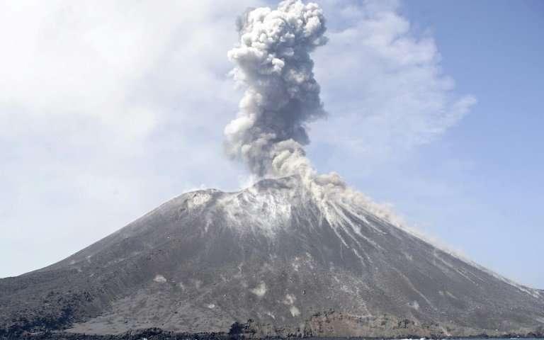 印度尼西亚愤怒的克拉卡托亚之子咆哮着1.jpg