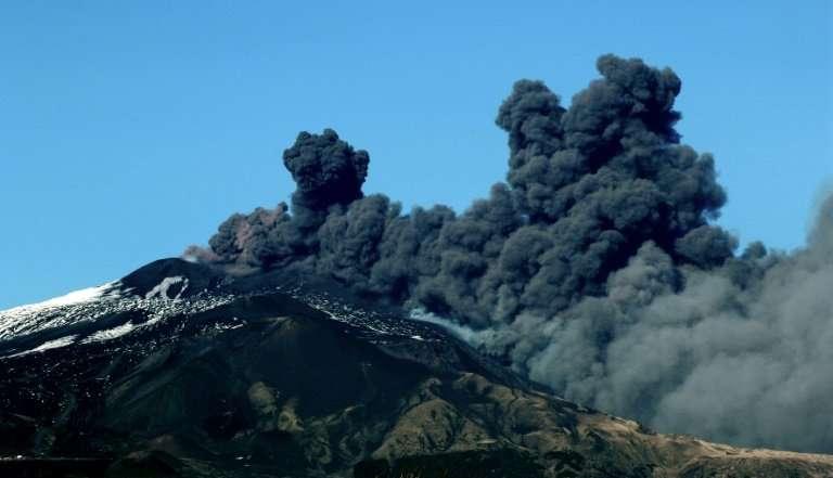 埃特纳火山喷发导致空域关闭.jpg