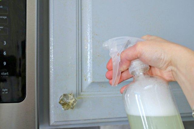 如何使用DIY脱脂剂喷雾清洁厨房橱柜中的油脂2.jpg