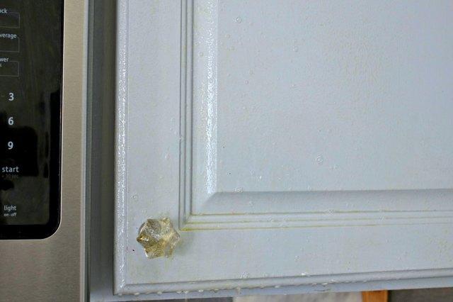 如何使用DIY脱脂剂喷雾清洁厨房橱柜中的油脂3.jpg