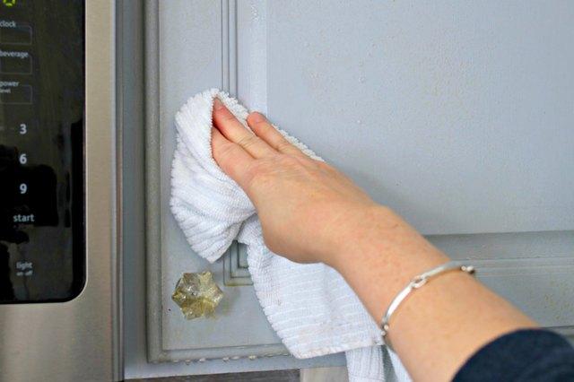 如何使用DIY脱脂剂喷雾清洁厨房橱柜中的油脂4.jpg