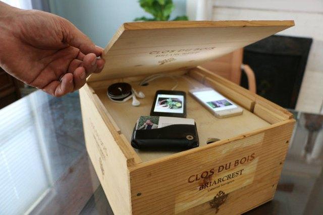 把葡萄酒箱DIY成为电子充电系统.jpg