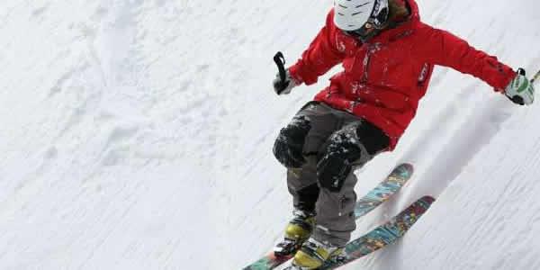 用生物滑雪板和滑雪板击中斜坡.jpg
